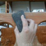 Обработка шлифовальной сеткой для удаления старой шелушащейся пропитки