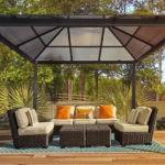 Открытая беседка с четырехскатной поликарбонатной крышей