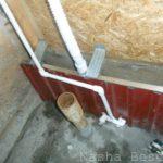 На этом фото летних кухонь с верандой видно смонтированный отвод в уличную систему и сливной шланг от мойки