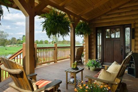 Деревянная терраса дома из натуральной древесины