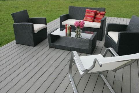 Мебель из ротанга гармонично смотрится на террасе того же оттенка