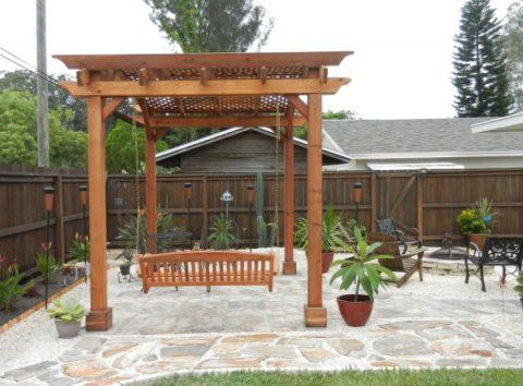 Патио с подвесными качелями и навесом
