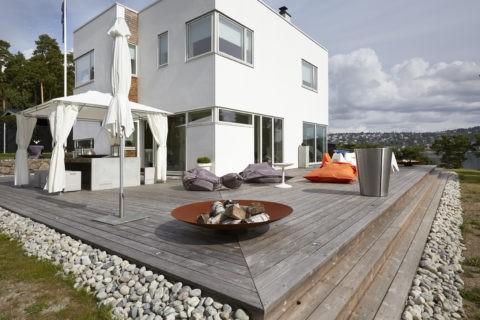 Современный дом с просторной террасой