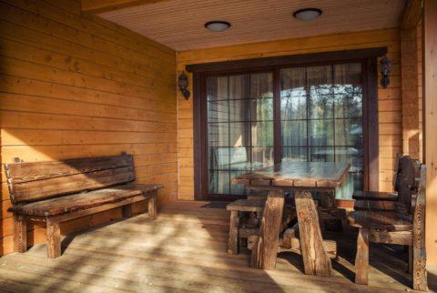 Терраса возле дома из натуральной древесины