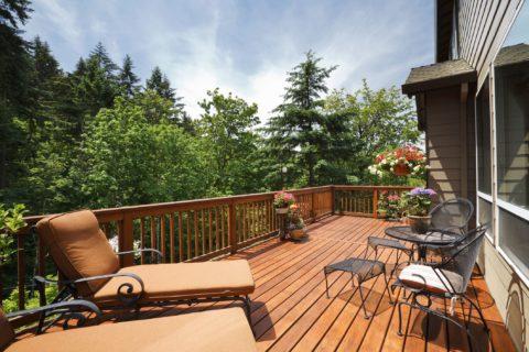 Уютная терраса с напольным покрытием из декинга