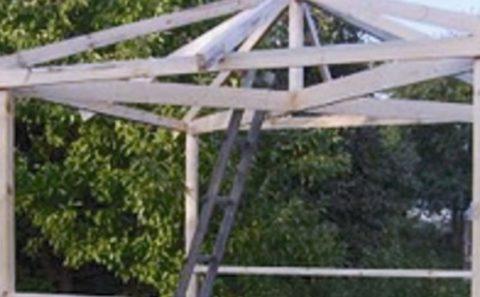 Установите дополнительные стропила по центру скатов