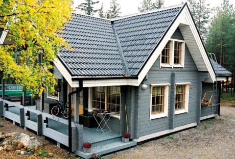 Дом с мансардой из бруса и верандой, расположенной под общей крышей