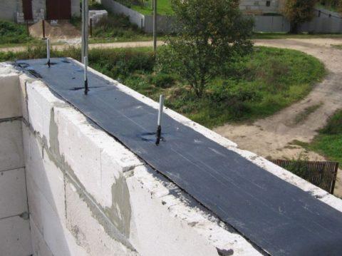 Гидроизолируйте стены рубероидом