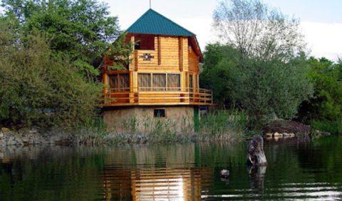 Идеальное место для бани с верандой — берег водоема