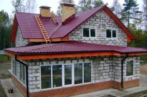 На фото — дом с верандой из пеноблоков