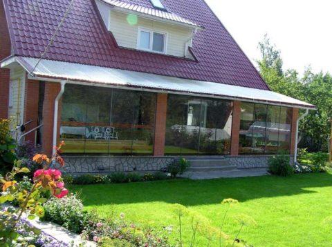 Размеры веранды подбираются с учетом размеров дома и свободной площадки перед ним