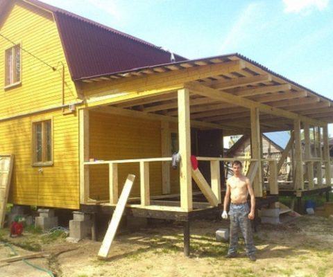 Свес крыши дома поверх кровли пристройки