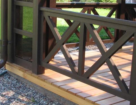 Террасу к дому пристроить можно и со стороны главного входа, тогда получится удобный навес