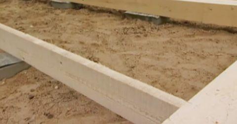 Уложите на столбы балки перекрытия и прикрепите к ростверку.
