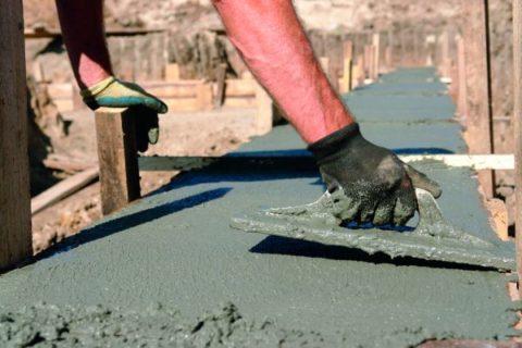 Выровняйте бетон мастерком или кельмой
