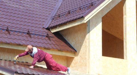 Закрепите на крыше веранды кровельное покрытие