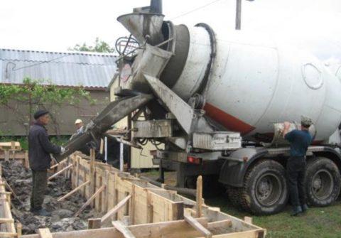 Заливка фундамента готовым бетоном