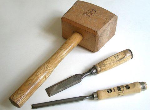 Если ручка стамески деревянная, то и молоток лучше взять деревянный
