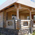 Бревенчатый дом со встроенной верандой