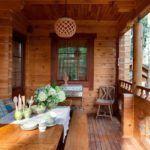 Две стены дома образуют прекрасное место для веранды