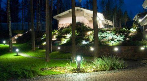 Для освещения участка удобно использовать светильники с солнечными батареями