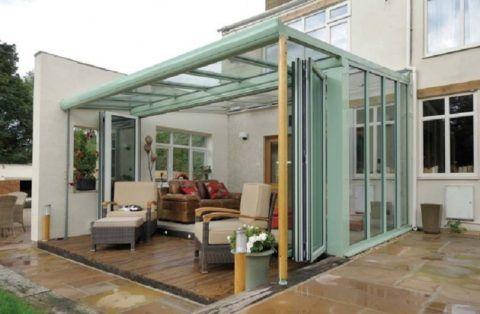 Складные стеклянные ограждения – хорошая защита от дождя и ветра
