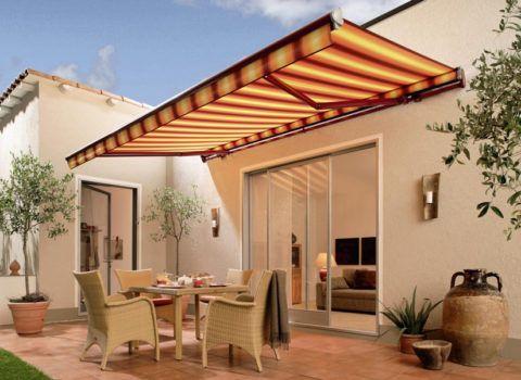 Весьма популярное решение – складная крыша-маркиза