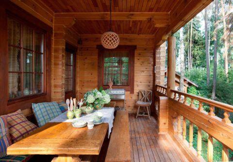 Брус для строительства имеет декоративную поверхность и органично сочетается с обшивкой потолка вагонкой