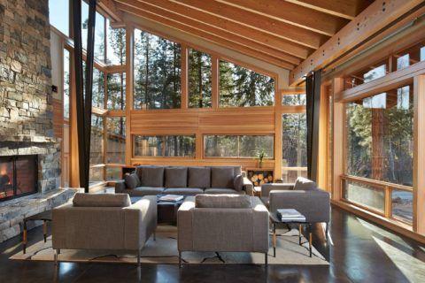 Деревянные окна на веранде дома