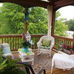Натуральная древесина в сочетании с плетеной мебелью и мягким текстилем позволяет создать атмосферу стиля Прованс
