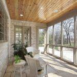 Сочетание камня и древесины с плетеной мебелью и живыми растениями получается уютным и теплым