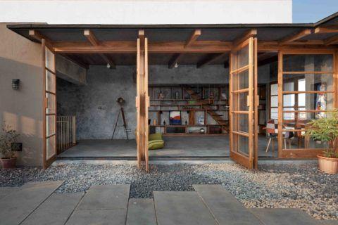 Веранда с деревянными окнами и стеклянными дверями