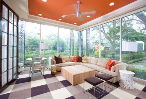 Яркий гипсокартонный потолок на застекленной веранде в современном стиле