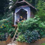 Открытая беседка является неотъемлемой частью садовой композиции
