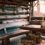 Беседка из грубых бревен, стилизованная под глубокую старину