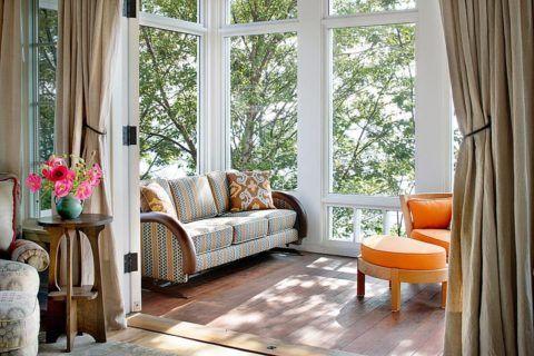 Классические деревянные рамы на террасе при окрашивании в белый цвета делают помещение светлее