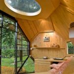 Многогранная конструкция со световым окном на потолке