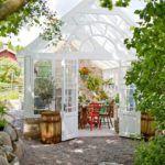 Невесомая и легкая закрытая беседка с обилием света и зелени – отличное место для релаксации