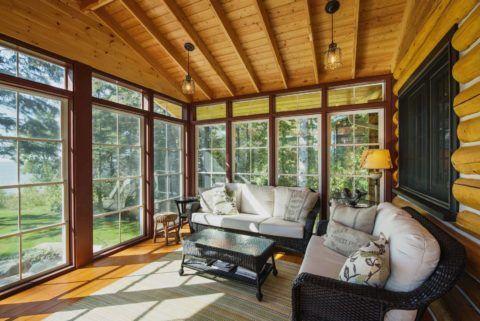 Панорамные окна с раскладкой создают особую уютную атмосферу в помещении