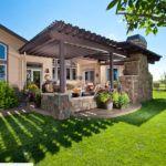 Превосходное цветовое сочетание материалов беседки и фасада дома