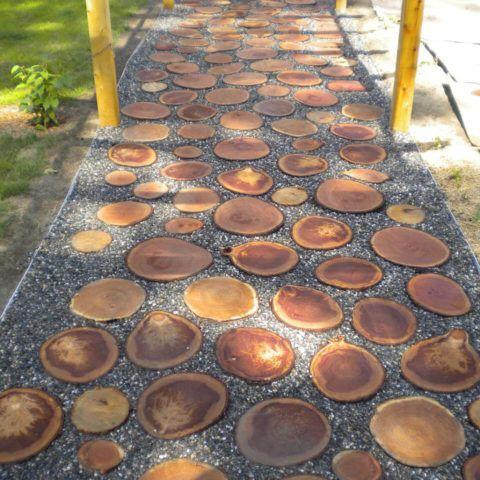 Деревянные спилы на садовой дорожке