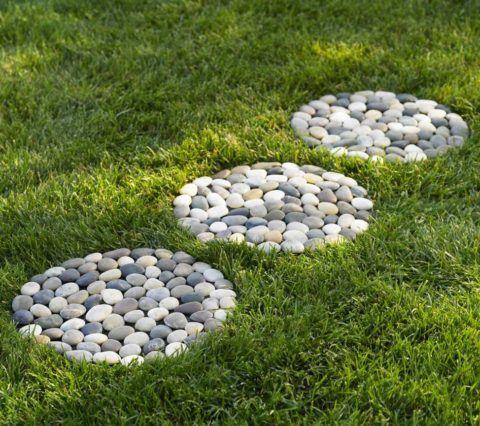 Красиво, но неудобно – камни без фиксации будут без конца выбиваться из композиции ногами