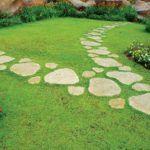 Максимум естественности – дорожка выполнена из цельного природного камня