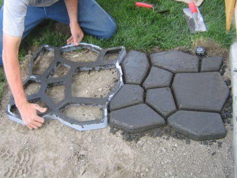 При помощи формы делаем садовую бетонную плитку своими руками