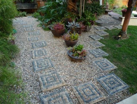 Садовая плитка, сделанная из бетона и мелкой гальки
