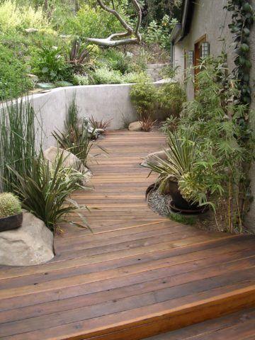 Такая садовая дорожка больше напоминает подиум