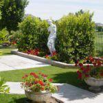 Вазоны, статуи и дорожка – все сделано из бетона