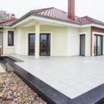 Большая и массивная бетонная терраса перед фасадом частного дома