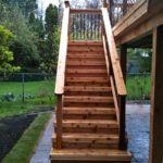 Массивная деревянная лестница для высокой террасы