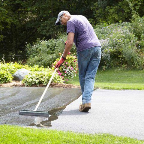 Нанесение на бетон лакового покрытия сделает его прочнее и не даст поверхности расслаиваться